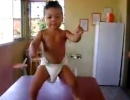 Cậu bé đóng bỉm nhảy samba siêu đẳng
